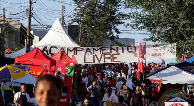 Movimentação no acampamento favorável a Lula em Curitiba (PR)