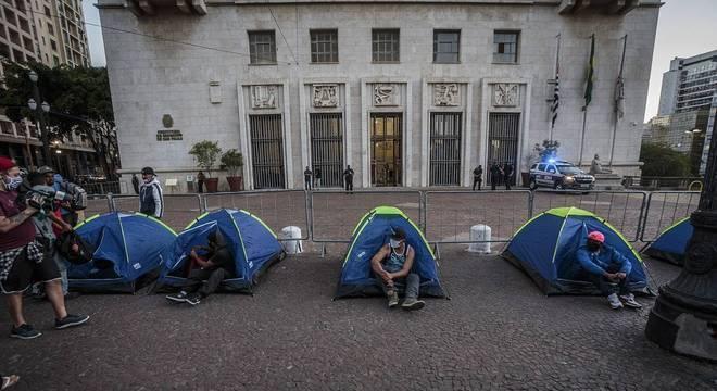 Em protesto, moradores de rua acampam em frente à prefeitura de SP, no centro