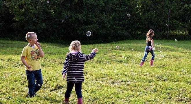 Ação ajuda crianças a ficarem fora de casa e participarem de atividades divertidas