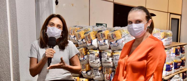 Primeira-dama Gracinha Caiado recebe as cestas doadas pela Record TV Goiás
