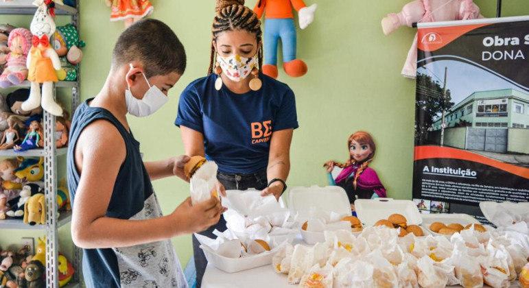 Crianças atendidas pela ONG receberam kits com hambúrguer, batata frita e refrigerante