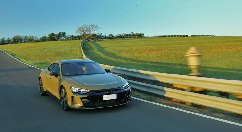 Em aceleração máxima é possível perceber o tracionamento do carro capaz de grudar o piloto nos bancos