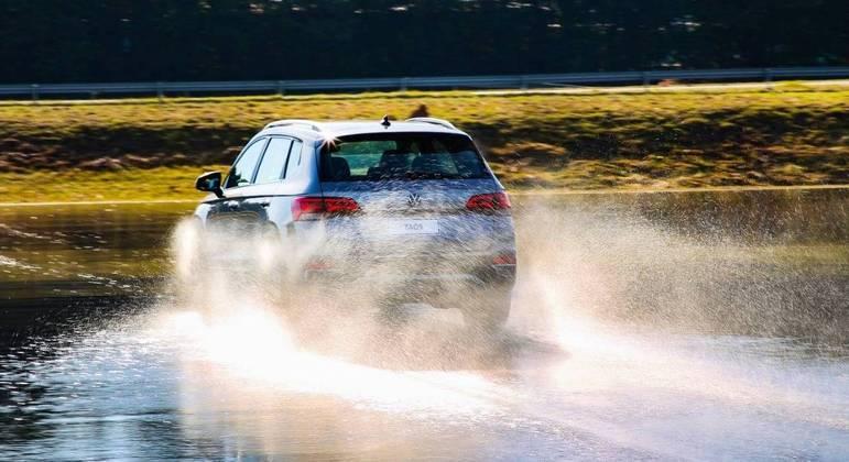 Mesmo em terreno molhado a atuação do controle de tração e estabilidade também é preciso