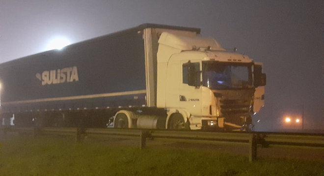 Além do caminhão, cinco motos, 15 carros e um carro da PM estão envolvidos no acidente