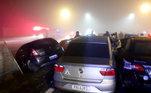 Um vídeo mostra as chamas no local antes do acidente que envolveu cinco motocicletas e quinze carros.