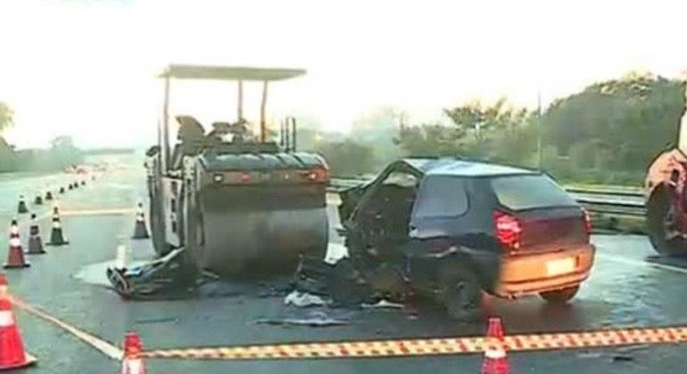 Carro bate em máquina de obra e duas pessoas morrem na Grande SP