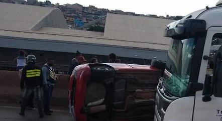 Carro capotou após acidente