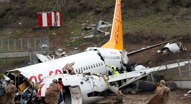 Avião deslizou na pista, caiu em barranco e se partiu em 3 na última 4ª feira