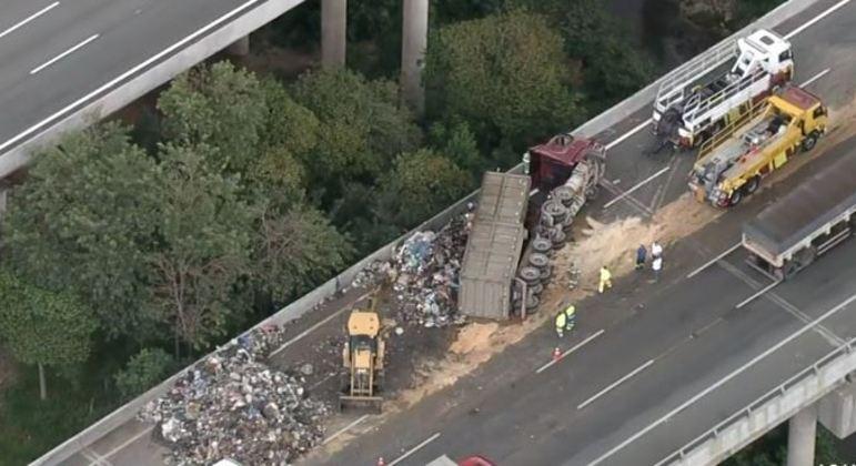Caminhão de lixo tomba e interdita parte da rodovia dos Bandeirantes