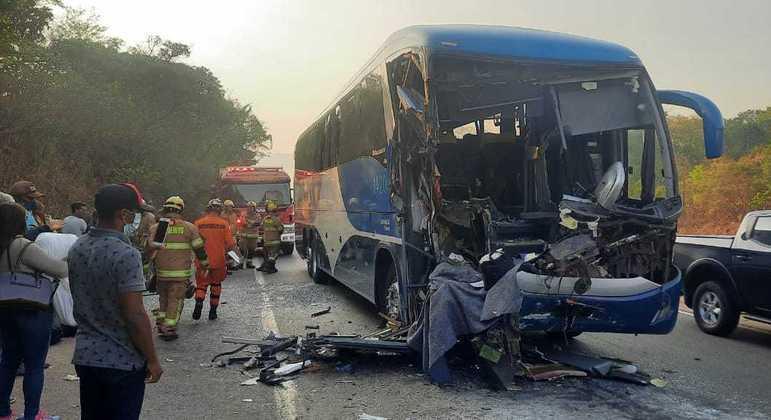 Ônibus bateu na traseira de carreta