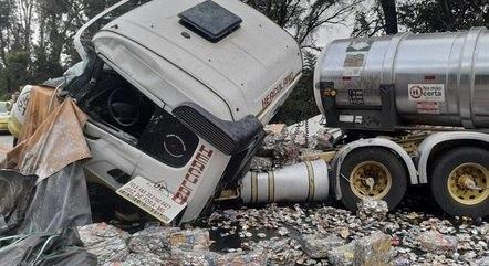 Caminhão ficou destruído com a batida