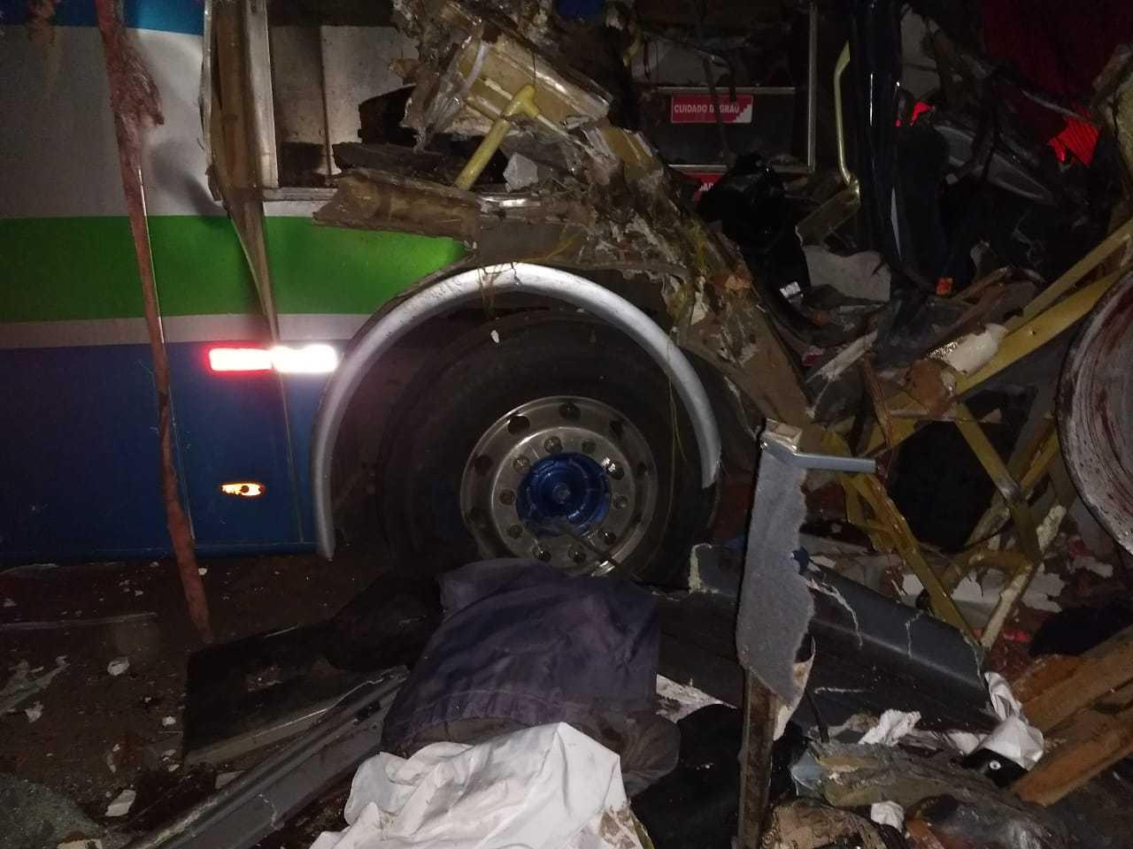 Acidente entre caminhonete, carreta e ônibus deixa 6 mortos em MG