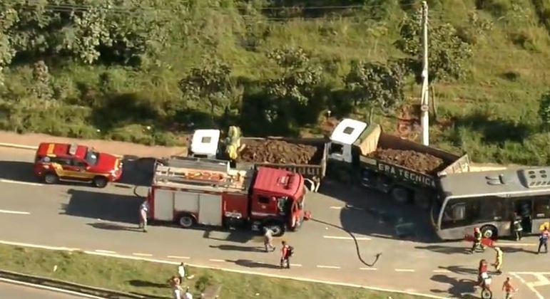 Acidente entre ônibus e dois caminhões deixa pelo menos 15 feridos na zona leste de SP