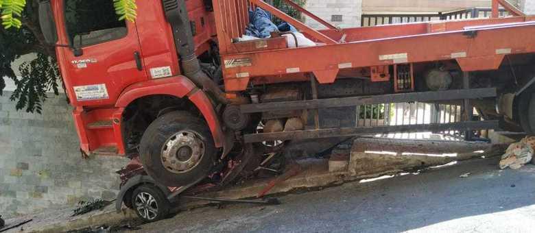 Caminhão desgovernado atingiu carro da vítima