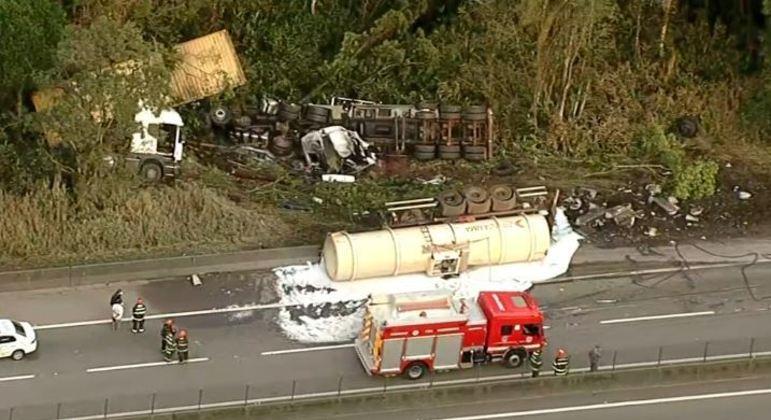 Colisão entre duas carretas na rodovia Anchieta deixa um morto e bloqueia pista