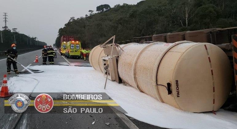 Após acidente entre carretas, veículos seguem em comboio na contramão da rodovia Anchieta