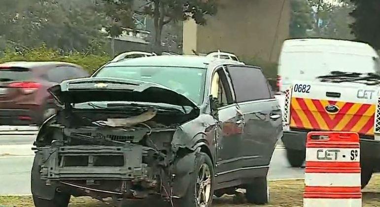 Motorista sem CNH bate carro em muro e em poste na Marginal Tietê, zona norte de SP
