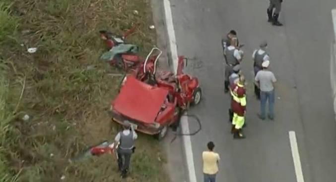 Motorista do carro foi socorrido e recebe atendimento do Corpo de Bombeiros