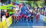 É possível ver queDylan Groenewegen (de amarelo) começa a apertar Jakobsen (de vermelho e azul) contra a grade de segurança