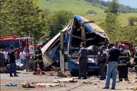 Choque entre ônibus e caminhão deixou 11 feridos