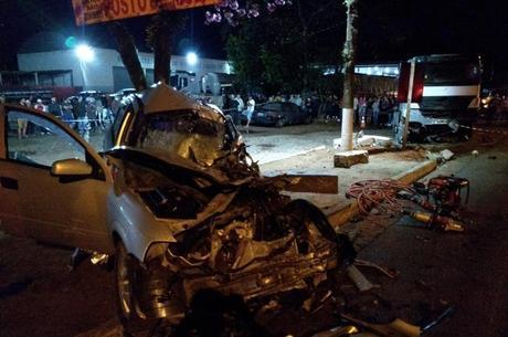 Acidente destruiu veículo e deixou duas pessoas mortas
