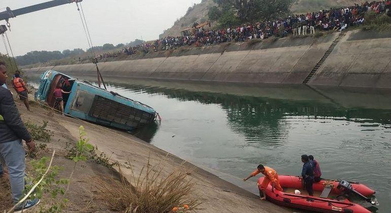 Sete pessoas, incluindo o motorista, conseguiram sair da água