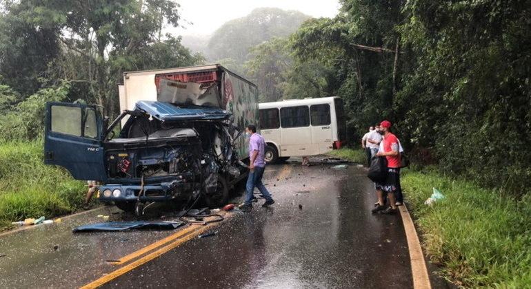 Caminhão e um ônibus bateram de frente na MG-435, em Caeté, na manhã deste domingo (7)