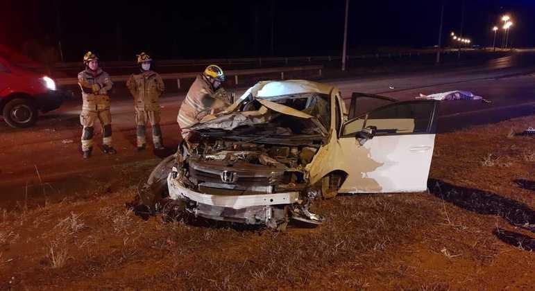 Motorista morreu no local do acidente, após ser arremessado do veículo