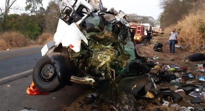 Van ficou destruída após acidente que deixou 12 mortos e um ferido grave