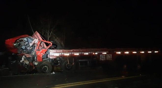 Caminhão bateu de frente em uma van na região de Pato de Minas