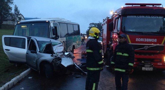 Acidente entre carro e micro-ônibus mata uma pessoa e deixa 16 feridas em Soledade Crédito: Polícia Rodoviária Federal / Divulgação / CP