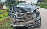 'O carro esmagado em que Samuel Eto'o estava. Posso confirmar que ele está bem, conversamos novamente. Os médicos cuidam de exames adicionais', publicou o repórter