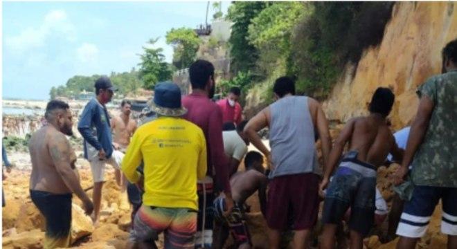 Técnicos realizam vistoria em praia de Pipa, onde família morreu soterrada