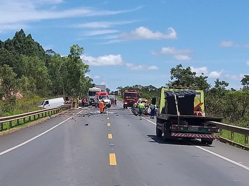 Cinco pessoas morrem em acidente entre carro e caminhão na BR-135 -  Notícias - R7 Minas Gerais