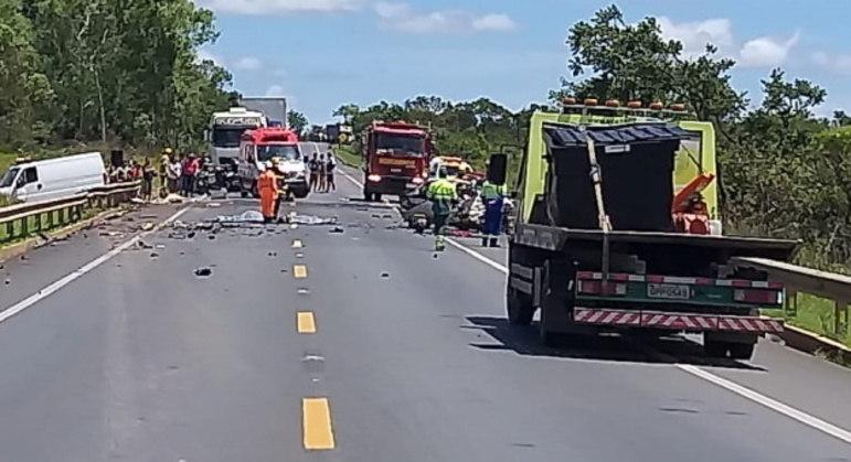 Carro de passeio ficou completamente destruído na batida, na BR-135