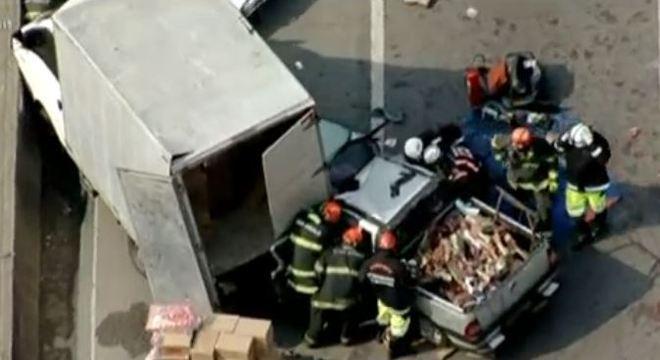 Motorista do carro está preso nas ferragens após colidir com caminhão