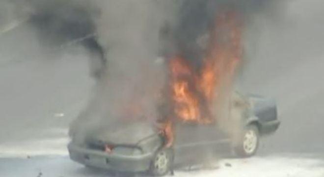 Carro pega fogo na Fernão Dias e bloqueia passagem dos demais carros