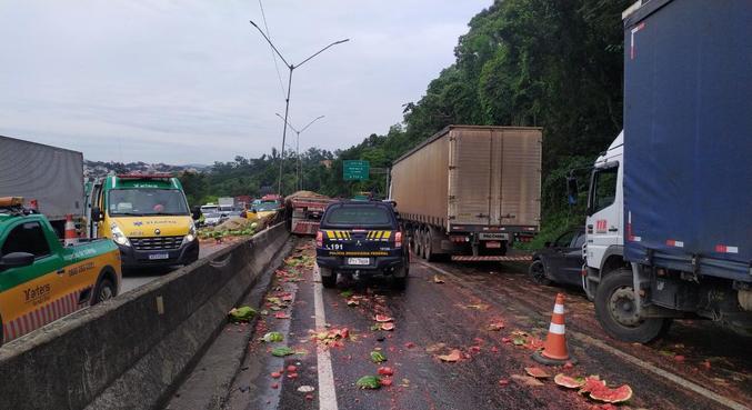 Colisão ocorreu na altura do quilômetro 64 da rodovia, sentido São Paulo, em Mairiporã