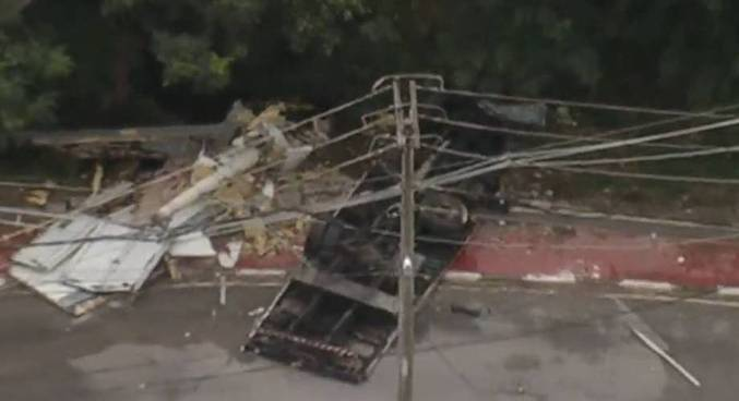 Fios de energia caíram sobre o veículo, dificultando o acesso à vítima