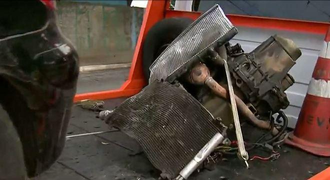 Após bater em árvore, motor cai de veículo
