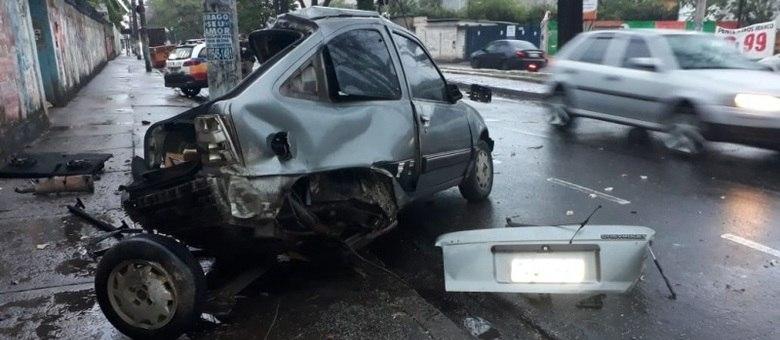 Carro ficou destruído depois de bater em poste, na avenida Olinto Meireles