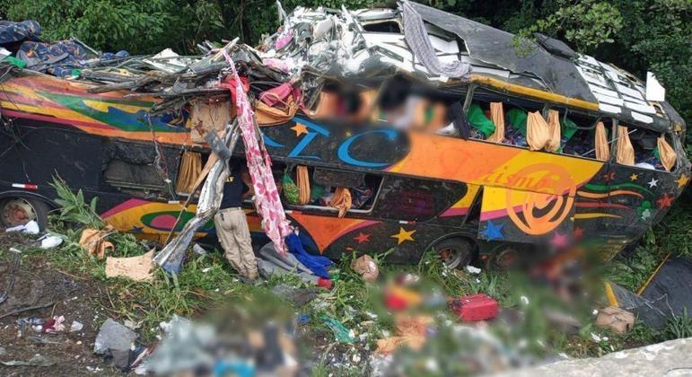 Ônibus sai da pista de Curva da Santa, em Guaratuba e deixa mortos e feridos