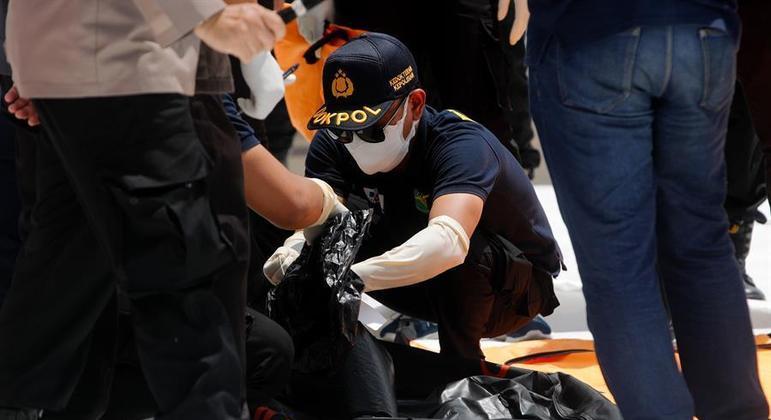 Equipes de mergulhadores buscam caixa preta do avião que caiu na Indonésia