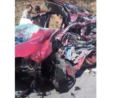 56ff04fa1 Trio bate carro em caminhão e morre durante fuga em Itabira