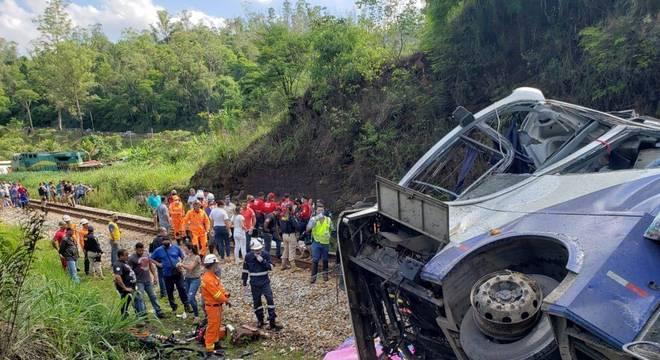 Ônibus caiu de altura de 60 metros, em João Monlevade (MG)