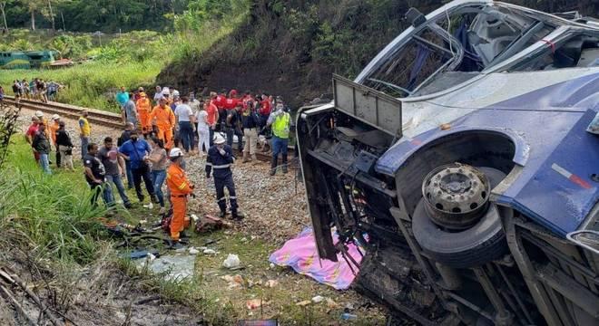 Ônibus caiu de uma altura de 15 metros