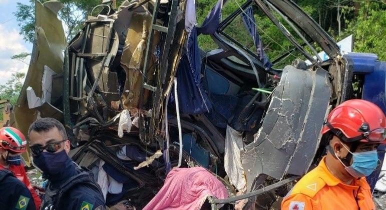 Ônibus caiu de um viaduto na BR-381 em João Monlevade (MG)