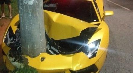 Frente do veículo ficou totalmente destruída