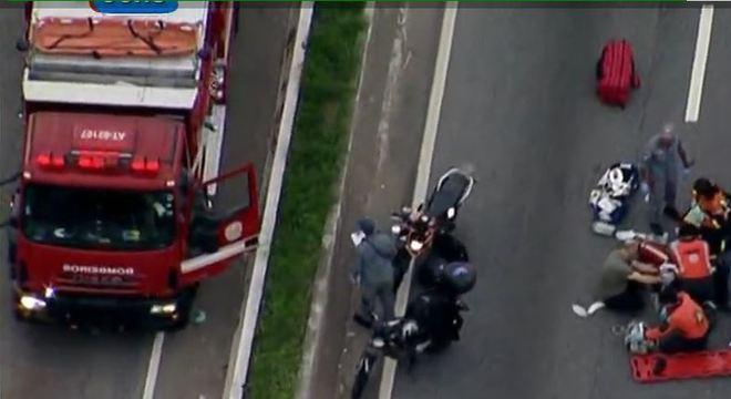 Acidente entre caminhão e moto eixa mulher morta na Marginal Tietê, em SP