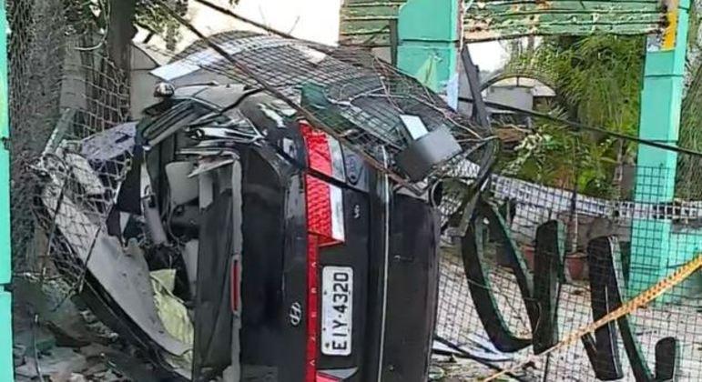 Carro capota, invade loja de plantas e mata jovem de 26 anos na zona norte de São Paulo